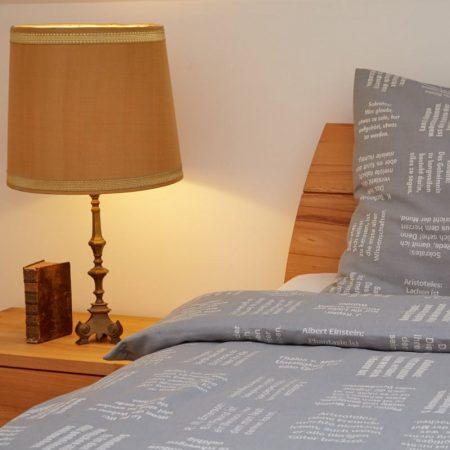 Qualitäts-Bettwäsche mit eingewebten Zitaten von verum textilia